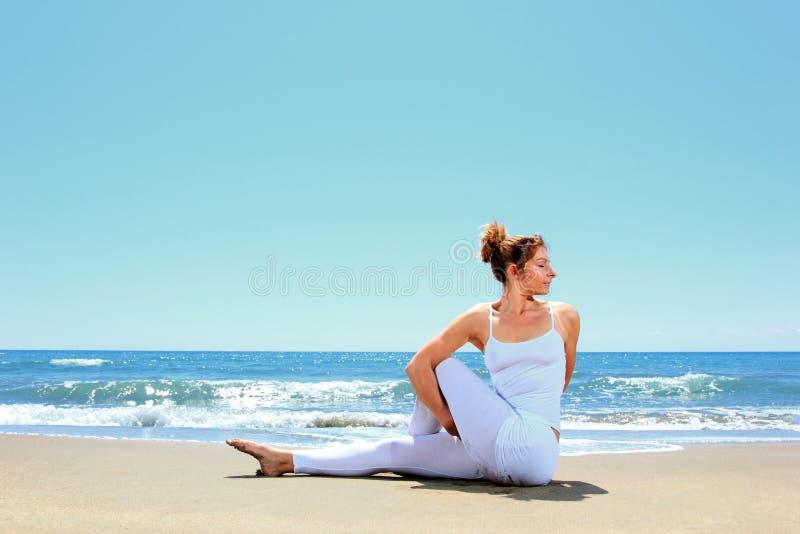 Übendes Yoga der jungen Frau lizenzfreies stockbild