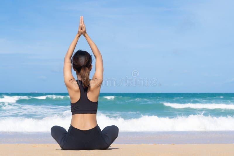 Übendes Yoga der jungen Frau in der Natur, weibliches Glück, übendes Yoga der jungen gesunden Frau auf dem Strand bei Sonnenaufga stockbilder