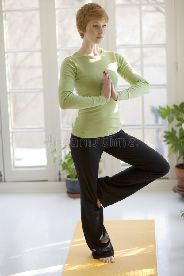 Übendes Yoga der recht jungen Frau lizenzfreies stockbild