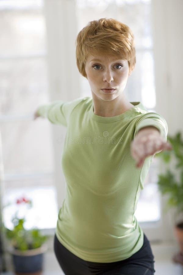 Übendes Yoga der recht jungen Frau stockfotografie