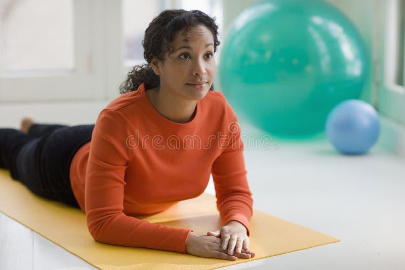 Übendes Yoga der recht schwarzen Frau lizenzfreie stockfotos