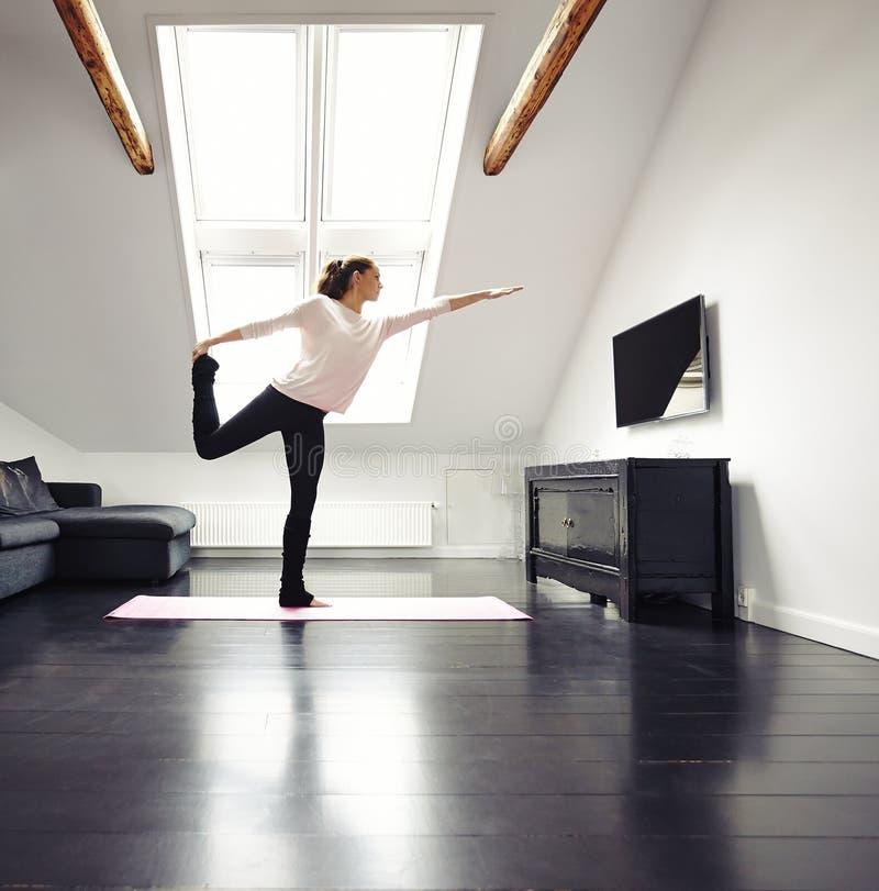 Übendes Yoga der Schönheit trainiert zu Hause lizenzfreies stockfoto