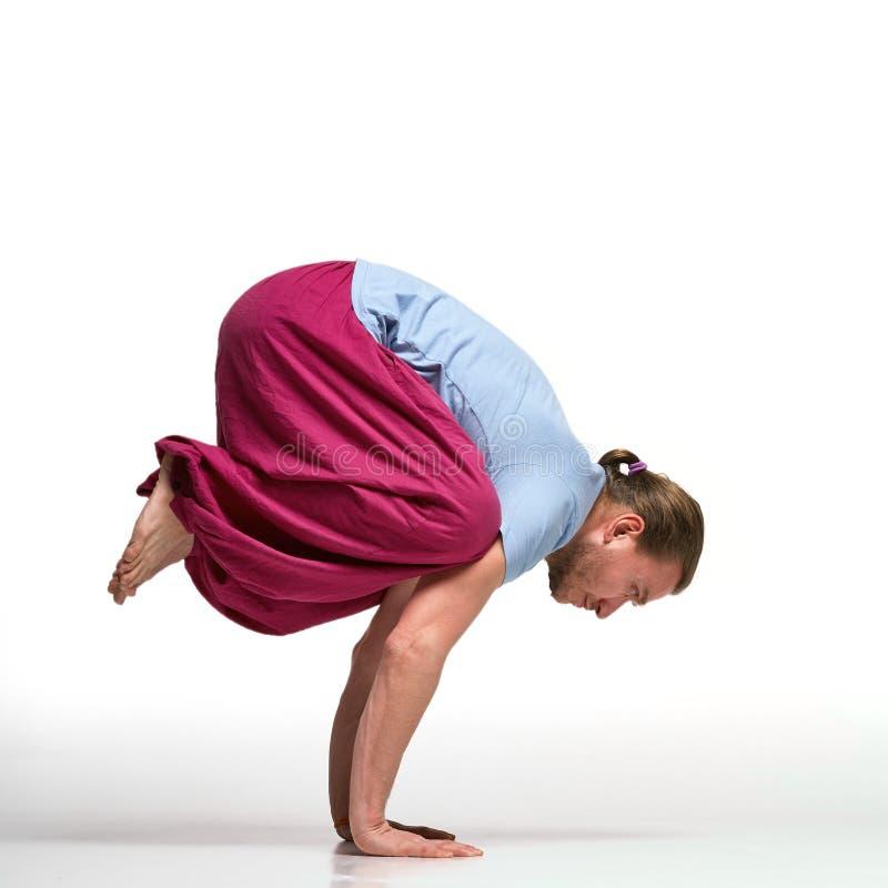 Übendes Yoga des bärtigen langhaarigen Mannes Bakasana-Haltung Lokalisiert auf Weiß stockbild