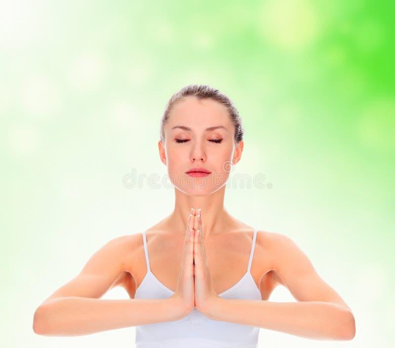 Übendes Yoga des jungen Mädchens lizenzfreies stockbild