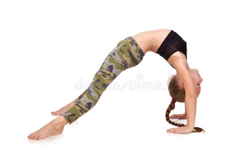 Übendes Yoga des kleinen Mädchens stockbild