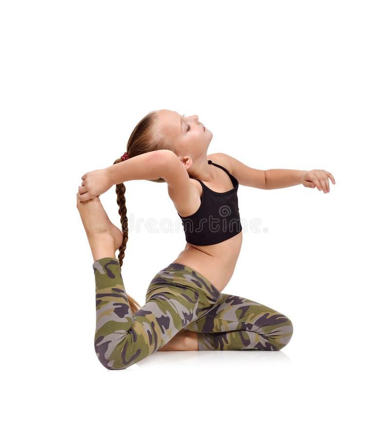 Übendes Yoga des kleinen Mädchens lizenzfreie stockbilder