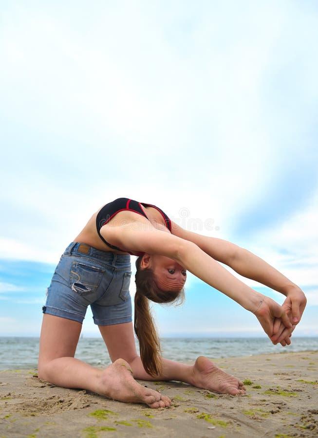 Übendes Yoga des Mädchens lizenzfreie stockbilder