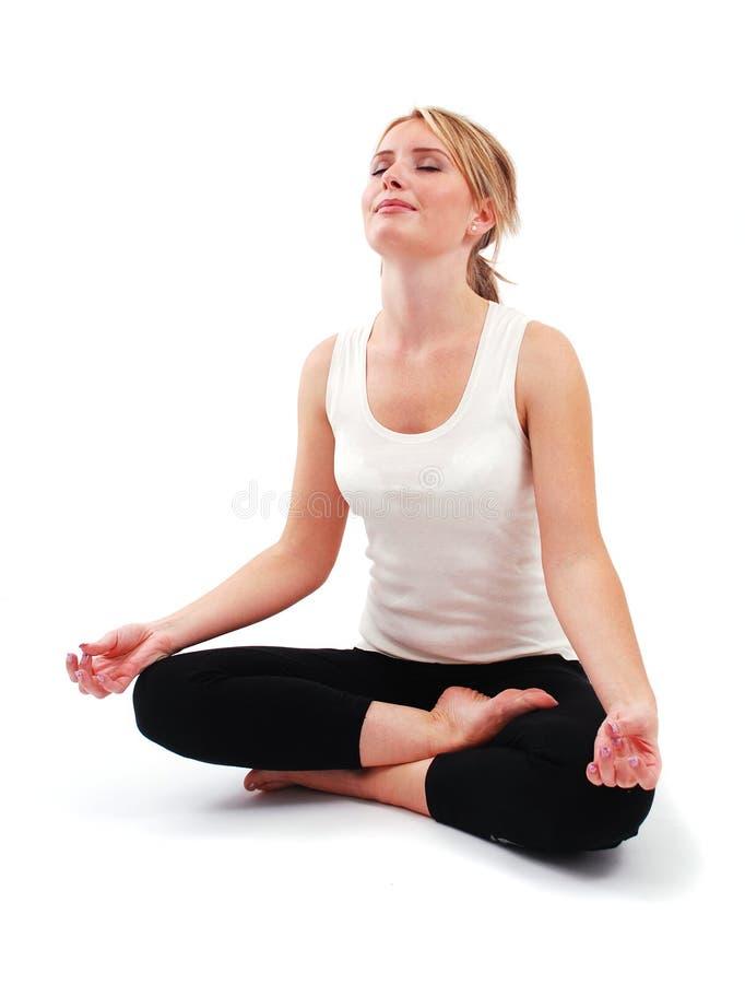 Übendes Yoga des schönen Mädchens stockbilder