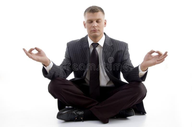 Übendes Yoga des stattlichen jungen Leitprogramms lizenzfreie stockbilder