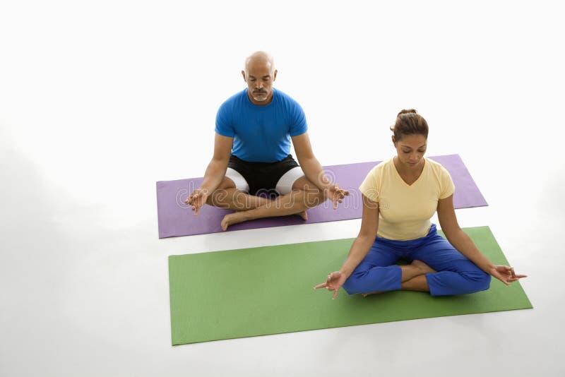Übendes Yoga von zwei Leuten. lizenzfreies stockfoto