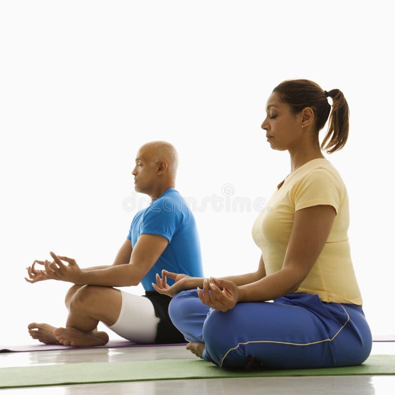 Übendes Yoga von zwei Leuten. lizenzfreie stockfotos