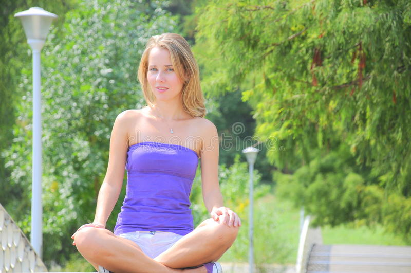 Übendes Yogaportrait des Mädchens stockbilder