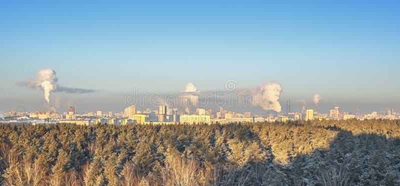 Über Ansicht der Industriestadt stockfotos