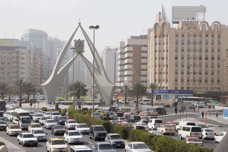 Über Ansicht des Straßen-Verkehrs und des Karussell-Glockenturms stockfotos