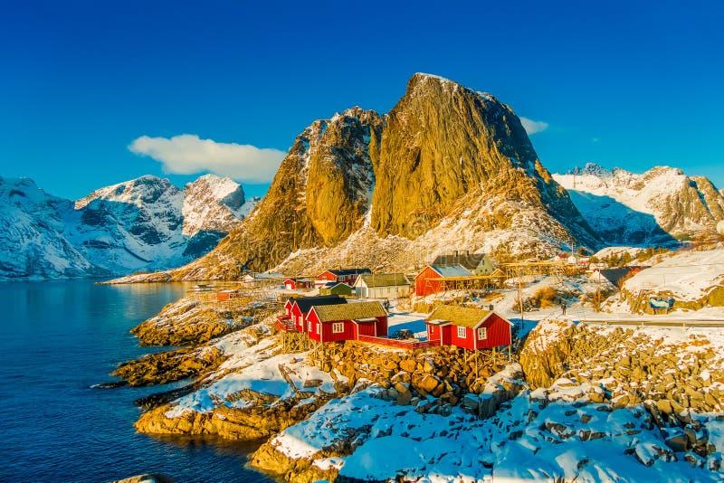 Über Ansicht irgendeines Fischenhütte rorbu und Lilandstinden-Bergspitze bei Sonnenuntergang - Reine, Lofoten-Inseln, Norwegen stockfotos