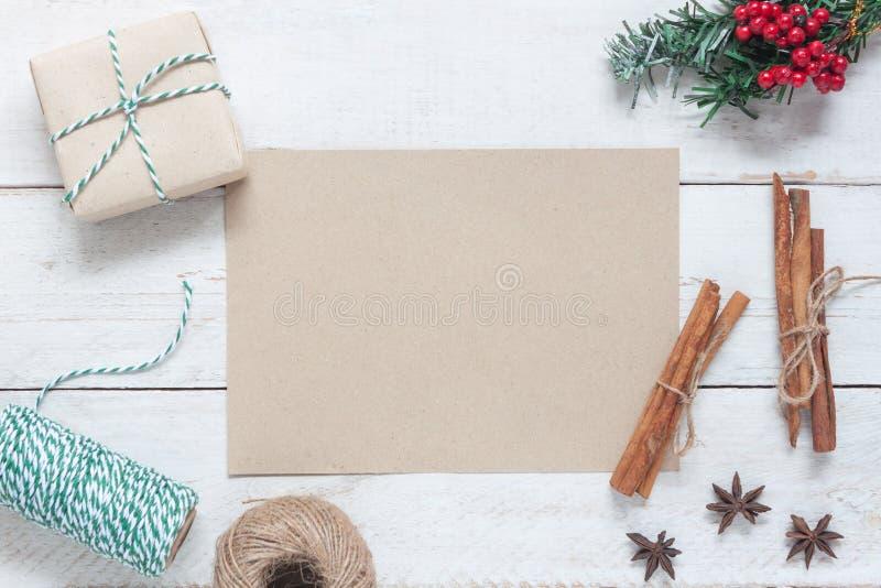 Über Ansichtluftbild des rustikalen braunen Papiers mit Dekoration u. Verzierung frohen Weihnachten u. guten Rutsch ins Neue Jahr lizenzfreies stockfoto