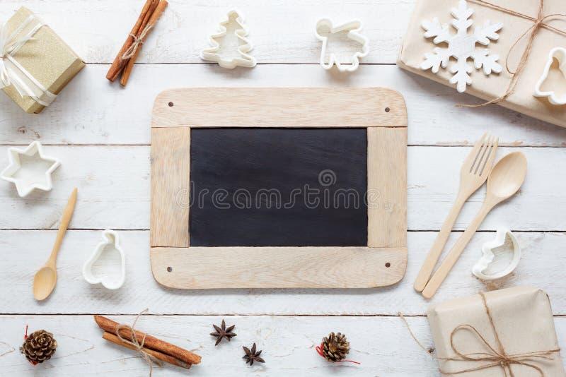 Über dem Ansichtluftbild des Lebensmittels Einzelteile u. Dekoration frohe Weihnachten und guten Rutsch ins Neue Jahr kochend lizenzfreies stockbild