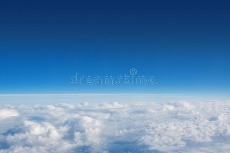 Über den geschwollenen Wolken lizenzfreie stockbilder