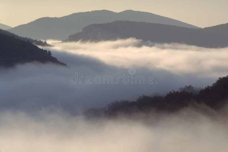 Download Über den Wolken stockbild. Bild von gummilack, grau, george - 25497
