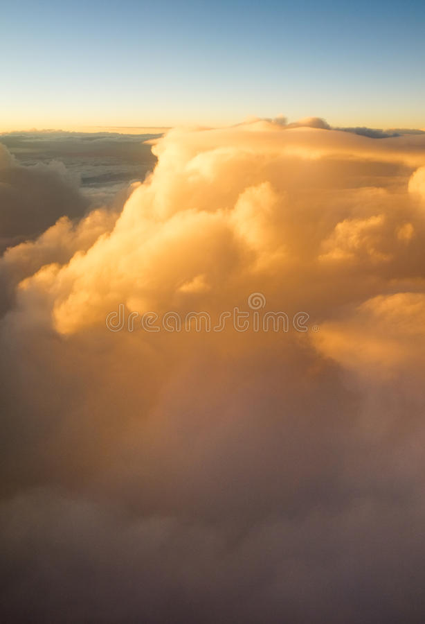 Über den Wolken bei Sonnenuntergangsonnenaufgang stockfotos