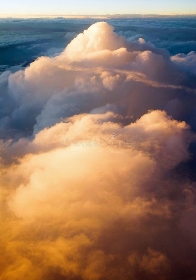 Über den Wolken bei Sonnenuntergangsonnenaufgang lizenzfreie stockfotos