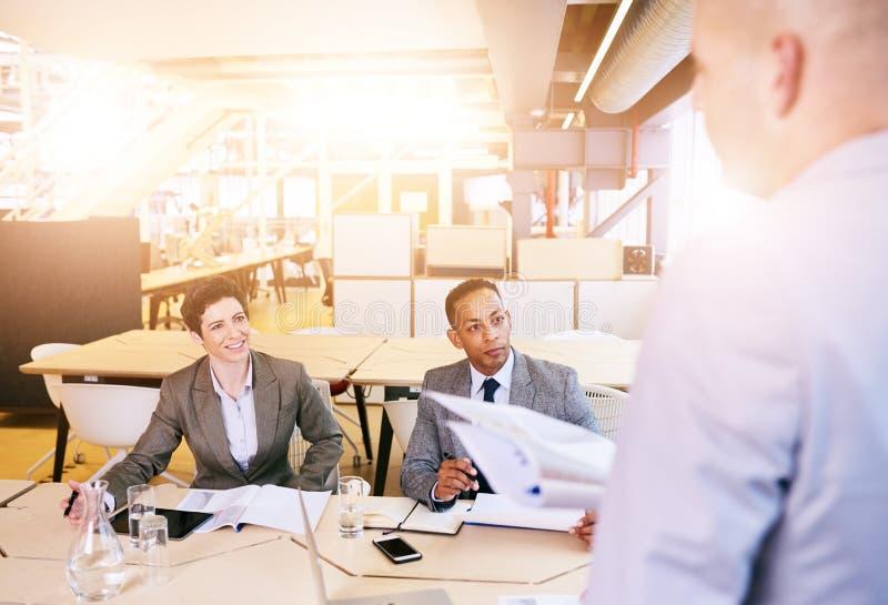 Über der Schulter des Berufsgeschäftsmannes eine Darstellung leitend stockfotos