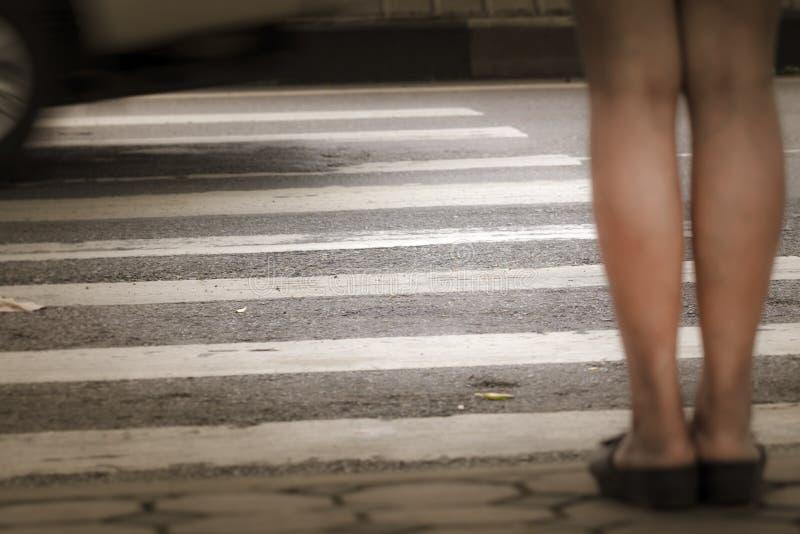 Über Der Straße Auf Dem Zebrastreifen. Lizenzfreie Stockfotos