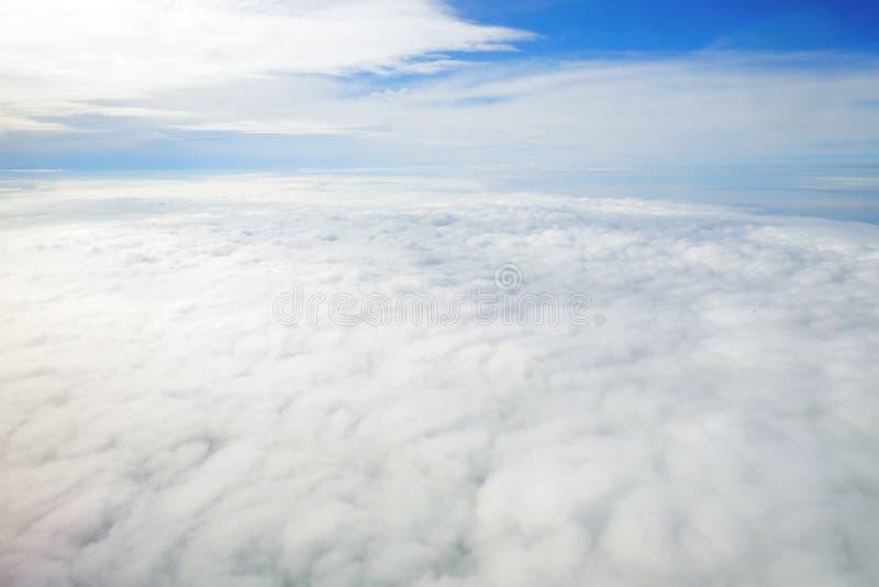 Über der Wolke und dem blauen Himmel lizenzfreie stockbilder