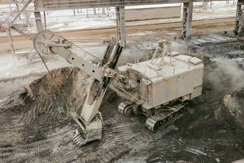 Über einem großen Eimerbagger auf einer Gleiskette Bergbauschwerindustrietransport lizenzfreies stockfoto