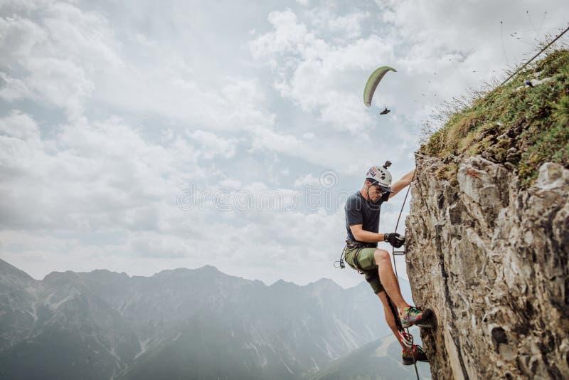 Über Ferrata, das in Österreich klettert lizenzfreies stockfoto