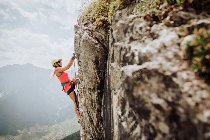 Über Ferrata, das in Österreich klettert stockfotos