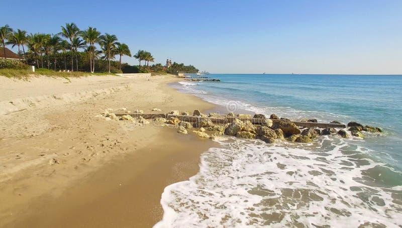 Über Palm Beach, Luxusplatz für das Leben und Ferien fliegen stockbilder