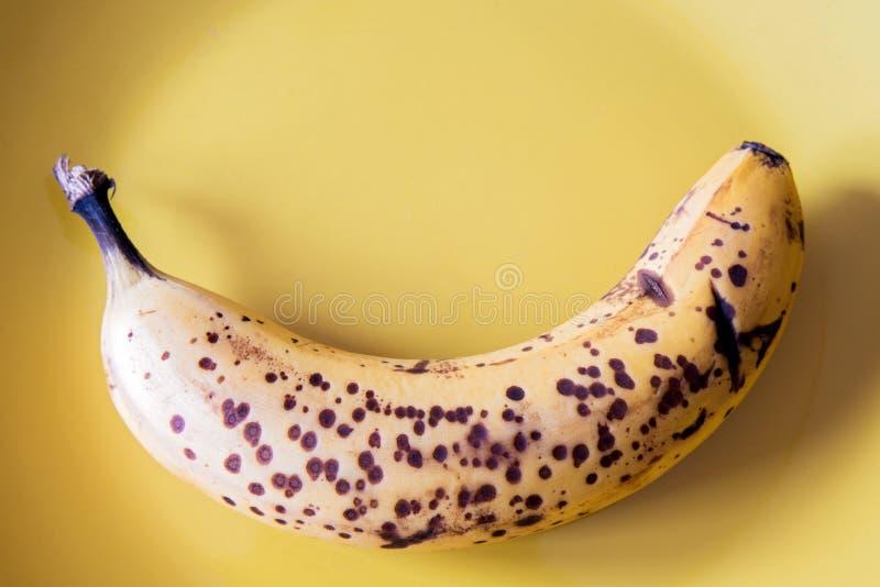 Über reife Banane auf gelbem Teller stockbild