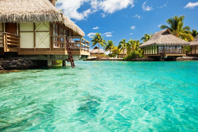 Über Wasserbungalowen mit Jobstepps in Lagune stockfotografie