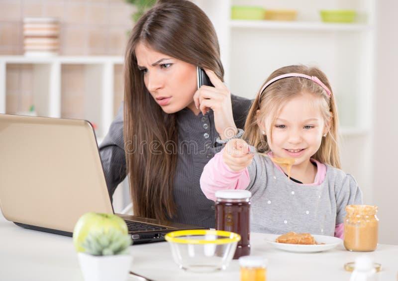 Überarbeitete Geschäftsfrau zu Hause lizenzfreies stockfoto
