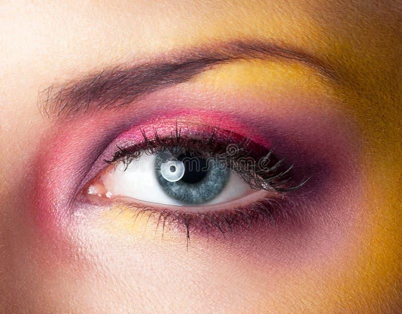 Überarbeitete Haut des Schönheitsmake-upgelbs magentarote Augen lizenzfreie stockfotos
