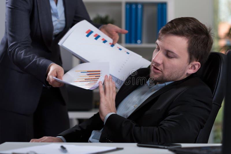 Überarbeiteter Angestellter, der Arbeit ablehnt lizenzfreie stockfotos