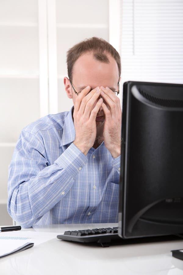 Überarbeiteter Geschäftsmann frustriert und in seinem Büroesprit betont lizenzfreie stockbilder
