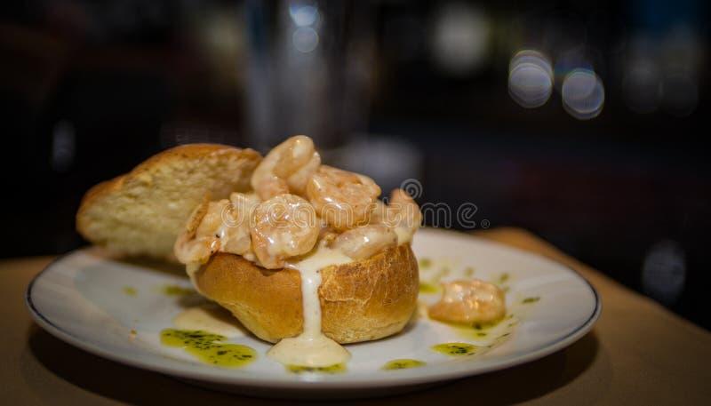 Überbelastete Garnelen-Fischcremesuppe in der Brot-Schüssel lizenzfreies stockbild