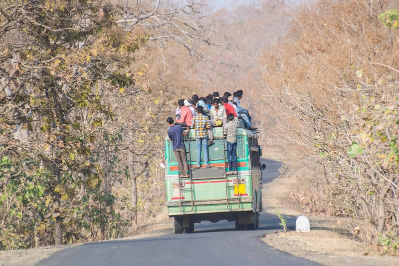 Überbelasteter Transport-Bus in Indien stockbilder