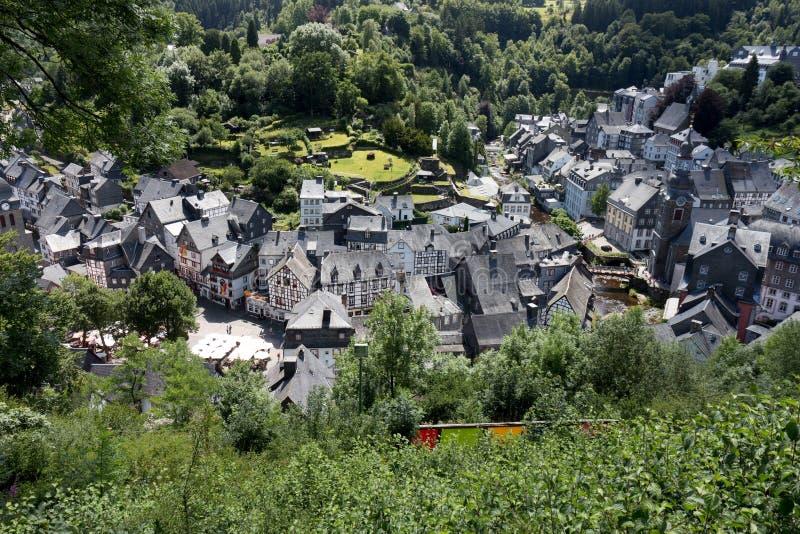 Überblick über die Stadt von Monschau lizenzfreie stockfotos
