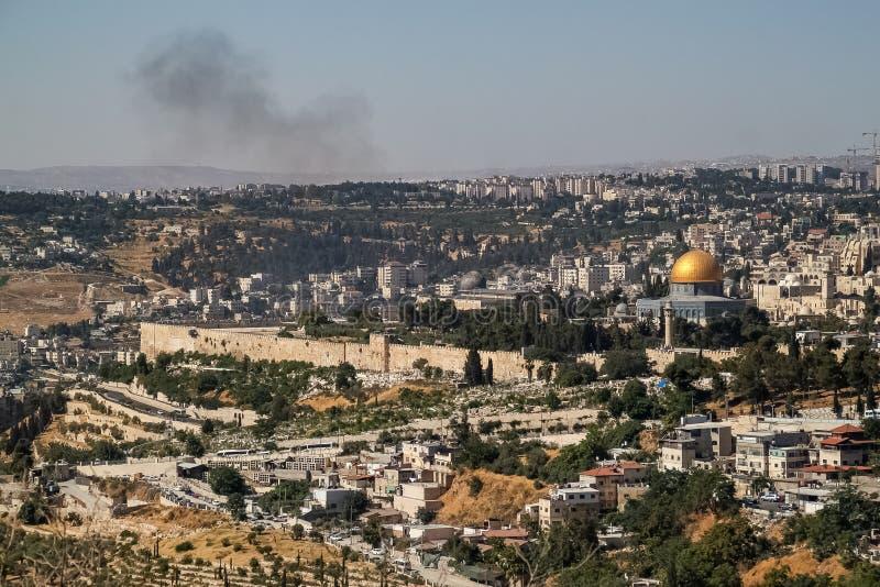 Überblick über Landschaft der alten Stadt von Jerusalem mit Rauche über den Bergen und dem Kopienraum oben stockfoto