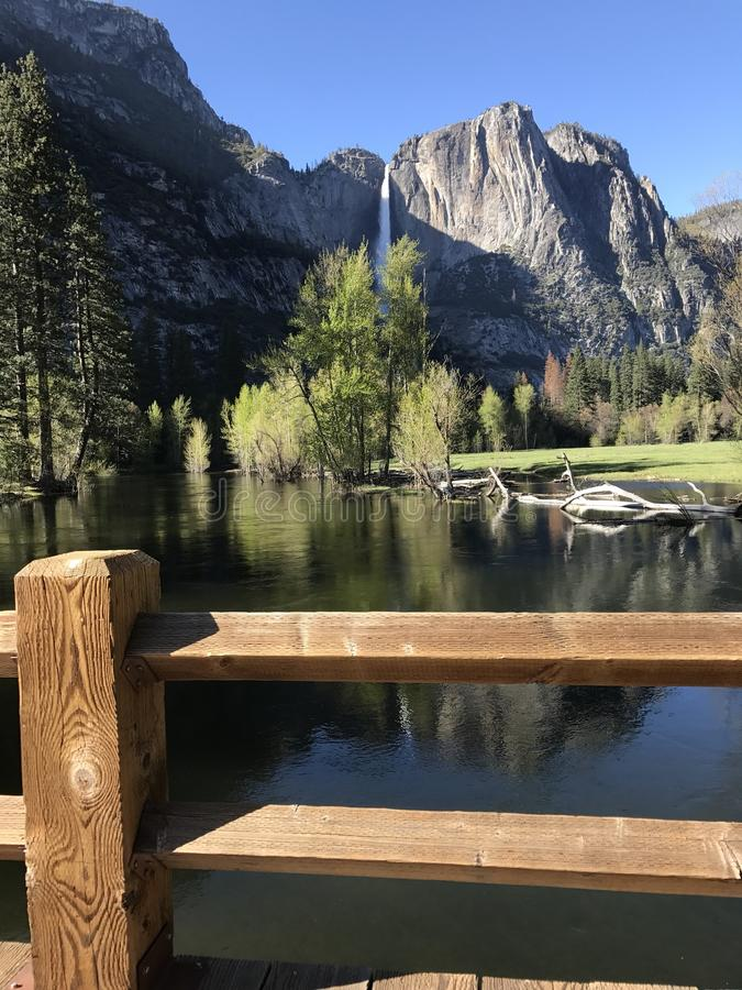 Überblick über Yosemite Nationalpark und erstaunliche Wasserfälle lizenzfreie stockfotografie