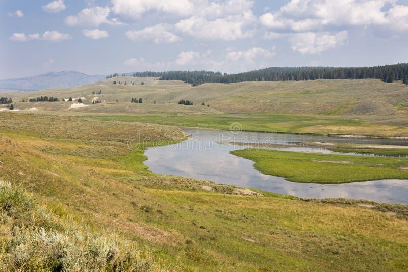 ?berblickgrasland und -fl?sse in Yellowstone Nationalpark stockfotografie