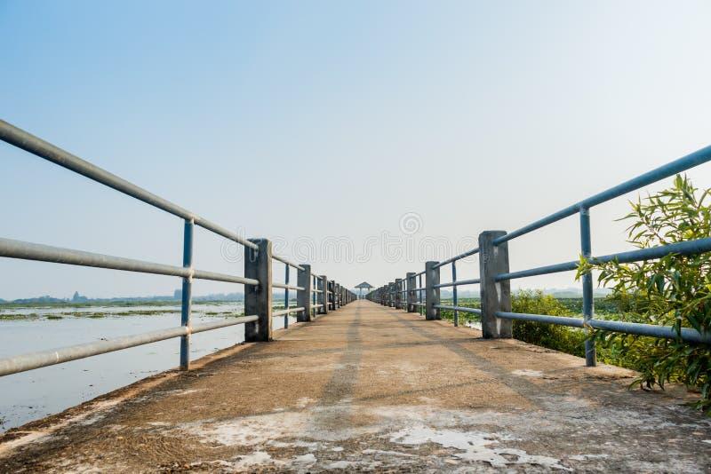 Überbrücken Sie Ansichtsee nonghan Sakon- Nakhonprovinz, Thailand stockfotografie