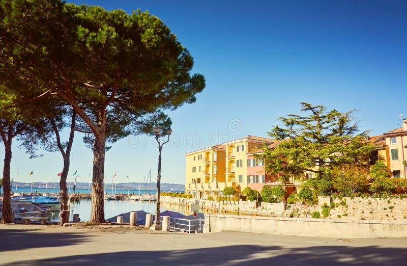 Überbrücken Sie Dammyachtpier See Garda-Restaurant-Hotelluxus-resort Sirmione Italien stockfoto