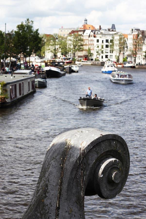 Überbrücken Sie Verzierungsnahaufnahme, Boote auf Amstel, Amsterdam stockfotografie