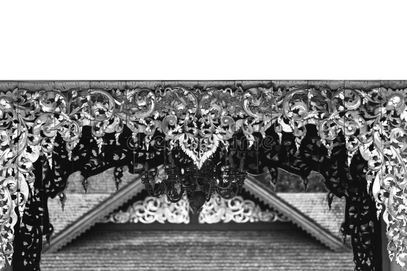 Überdachen Sie die Eckdecke, die mit Blumenkunststatue, die hölzerne thailändische Artarchitekturkunst verziert wird, die Hinterg lizenzfreie stockbilder