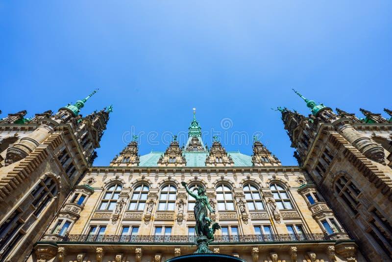 Überdachen Sie Formansicht des schönen berühmten Hamburg-Rathauses mit Hygieia-Brunnen vom Hof nahe Marktplatz und lizenzfreie stockfotos