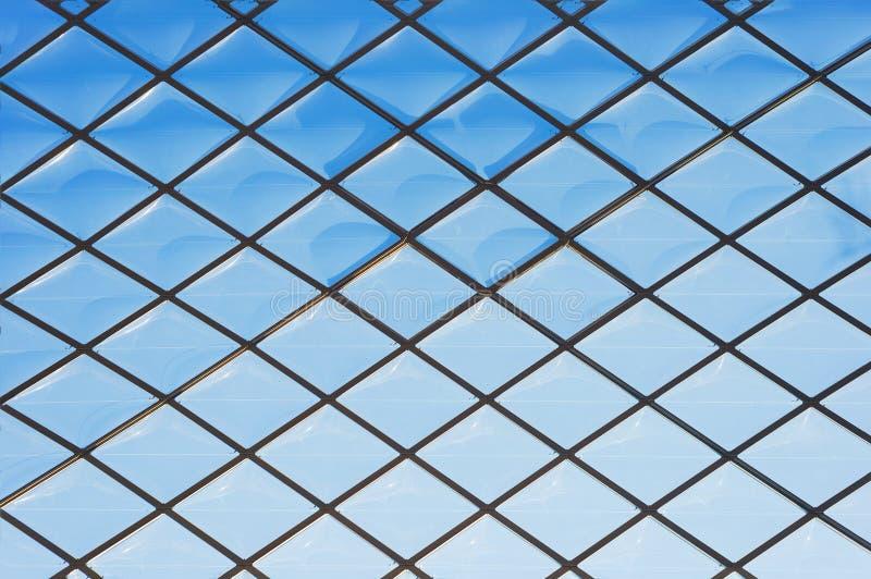 Überdachen Sie modernes Glasmuster des blauen Himmels des Fenstermetallgitters lizenzfreie stockfotografie